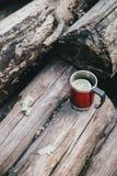 Czerwona filiżanka z herbatą, cytryna i ciastka na drewnianej beli Obraz Royalty Free