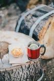 Czerwona filiżanka z herbatą, cytryna i ciastka na drewnianej beli Fotografia Royalty Free