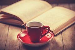 Czerwona filiżanka kawa i rocznik rezerwujemy. Zdjęcia Royalty Free