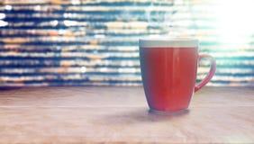 Czerwona filiżanka kawy na starym papierze Obrazy Royalty Free