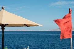 Czerwona flaga przy morzem Pływać zabrania Fotografia Stock