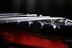 Czerwona gitara elektryczna w makro-, sznurki zamyka up, szczegół muzyka instrument Fotografia Stock