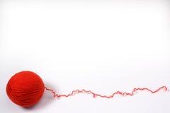 Czerwona gmatwanina dziewiarskie nici na białym tle Zdjęcie Stock