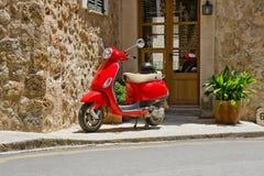 czerwona hulajnoga Zdjęcia Stock