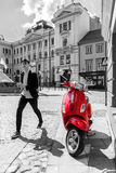 Czerwona hulajnoga w czarny i biały miastowej scenie Fotografia Stock