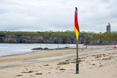 Czerwona i żółta ostrzeżenie flaga przy plażą Obrazy Stock