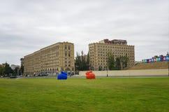Czerwona i błękitna zając na zielonej trawie Zdjęcie Stock