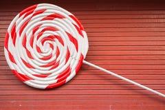 Czerwona i biała ampuły spirala na drewnianym stole obraz stock