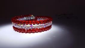 Czerwona i biała biżuteryjna bransoletka zdjęcia royalty free