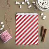 Czerwona i biała papierowa torba obraz stock