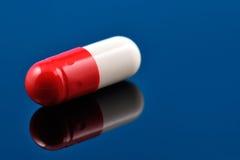 Czerwona i biała pigułka, antybiotyk Obraz Royalty Free