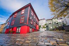 Czerwona i czarna piękno bawialnia w Bergen centrum miasta Zdjęcia Stock