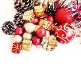 Czerwona i Złota Bożenarodzeniowa dekoracja prezentów i błyskotliwość kul ziemskich Obraz Stock