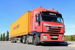 Czerwona Iveco ciężarówka, przyczepa i zdjęcia stock