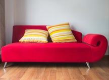 czerwona kanapa Zdjęcia Royalty Free