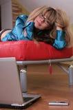 czerwona kanapa dziewczyny Zdjęcia Stock