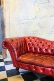 czerwona kanapa przy starą blick ścianą na W kratkę podłoga ilustracja wektor