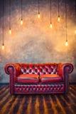 Czerwona kanapy leżanka Zdjęcia Royalty Free