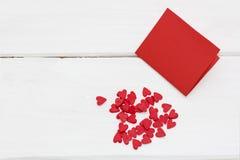 Czerwona kartka i few mali serca wokoło Fotografia Royalty Free