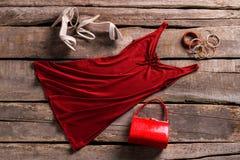 Czerwona keyhole suknia, akcesoria i zdjęcie stock