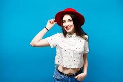 Czerwona kobieta czuł kapelusz Na błękitny tle Szczęśliwy i świeży Zdjęcia Royalty Free