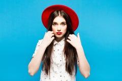 Czerwona kobieta czuł kapelusz Na błękitny tle Szczęśliwy i świeży Zdjęcie Stock