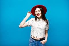 Czerwona kobieta czuł kapelusz Na błękitny tle Szczęśliwy i świeży Zdjęcie Royalty Free