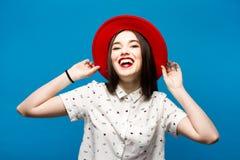Czerwona kobieta czuł kapelusz Odizolowywający na błękitnym tle Szczęśliwy i świeży Fotografia Stock