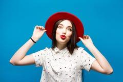 Czerwona kobieta czuł kapelusz Odizolowywający na błękitnym tle Szczęśliwy i świeży Zdjęcie Royalty Free