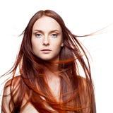 Czerwona kobieta z podmuchowym włosy Zdjęcia Royalty Free