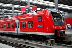 Czerwona kolejka parkująca przy Monachium stacją, Niemcy Fotografia Royalty Free