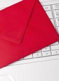 Czerwona koperta i biała klawiatura Zdjęcie Stock