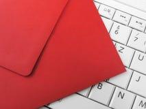 Czerwona koperta i biała klawiatura Fotografia Stock