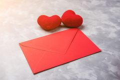 Czerwona koperta i dwa dziającego serca na popielatym textured tle Walentynki pojęcie zdjęcia royalty free