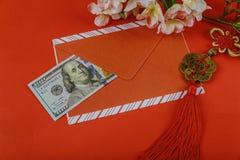 Czerwona koperta z dolarem dla Chińskiej nowy rok premii w czerwonym tle, Szczęśliwy Chiński nowego roku pojęcie fotografia royalty free