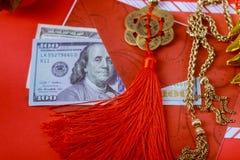 Czerwona koperta z dolarem dla Chińskiej nowy rok premii w czerwonym tle, Szczęśliwy Chiński nowego roku pojęcie zdjęcie royalty free