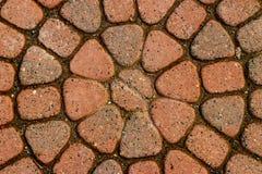 Czerwona kurenda brukować cegły z brudnym mech obraz royalty free