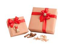 Czerwona lampasa papieru opakunku prezenta pudełka łęku tasiemkowa dekoracja odizolowywająca Obrazy Royalty Free