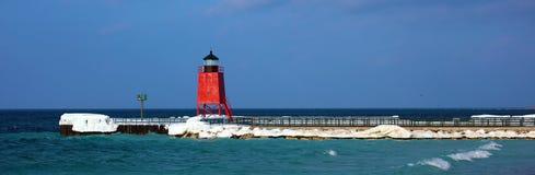 Czerwona latarnia morska w zamarzniętym jeziorze podczas zimnej zimy obrazy royalty free