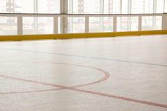Czerwona linia na hokejowym lodowisku Stawia czoło daleko okrąg nowożytny opróżnia Frontowy widok od lodu obraz royalty free