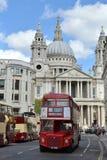 Czerwona Londyńska autobusowa StPauls katedra zdjęcia stock