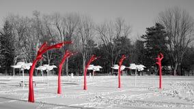 Czerwona metal rzeźba w parku zdjęcie royalty free