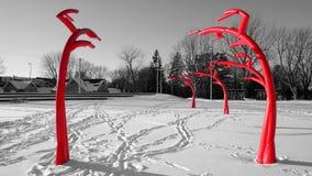 Czerwona metal rzeźba w parku obraz royalty free