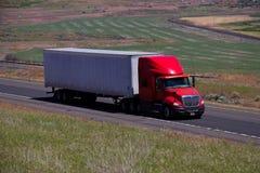 Czerwona Międzynarodowa ciężarówka, Biała Pusta przyczepa/ Zdjęcia Stock