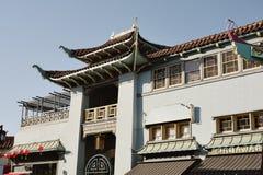 Czerwona orientalna inspirowana ławka z pillowsChinese projektującym budynkiem w Los Angeles Chinatown zdjęcia stock