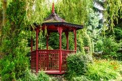 Czerwona pagoda w ogródzie zdjęcia stock