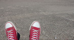 Czerwona para przetarci sneakers na plażowym piasku w letnim dniu Obrazy Stock