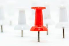 Czerwona pchnięcie szpilka w przodu i bielu pchnięcia szpilkach przy plecy Zdjęcie Royalty Free