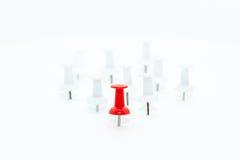 Czerwona pchnięcie szpilka w przodu i bielu pchnięcia szpilkach przy plecy Fotografia Stock