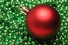 Czerwona piłka nad zielonymi małymi piłkami obraz stock